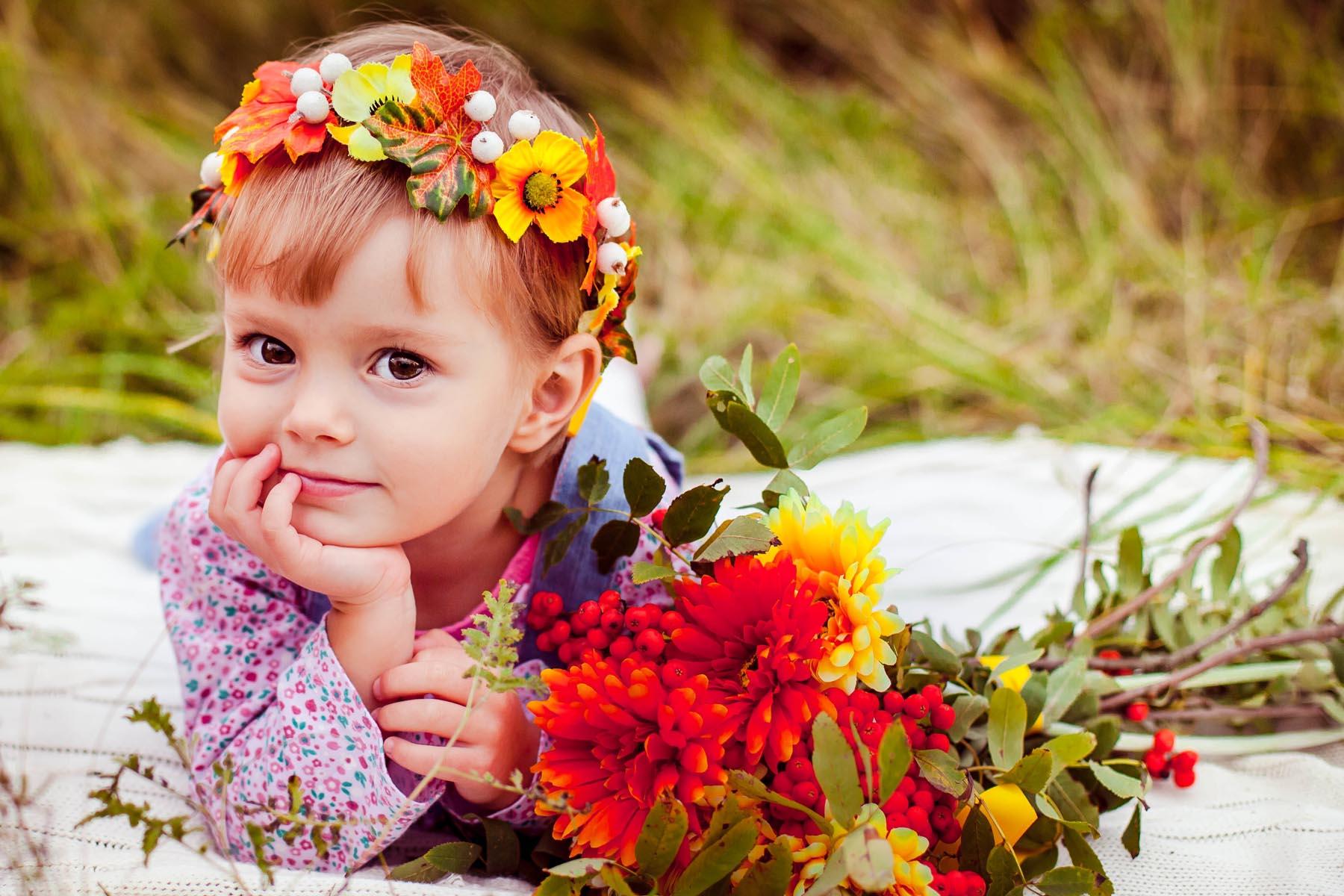 Маленькие дети в цветах